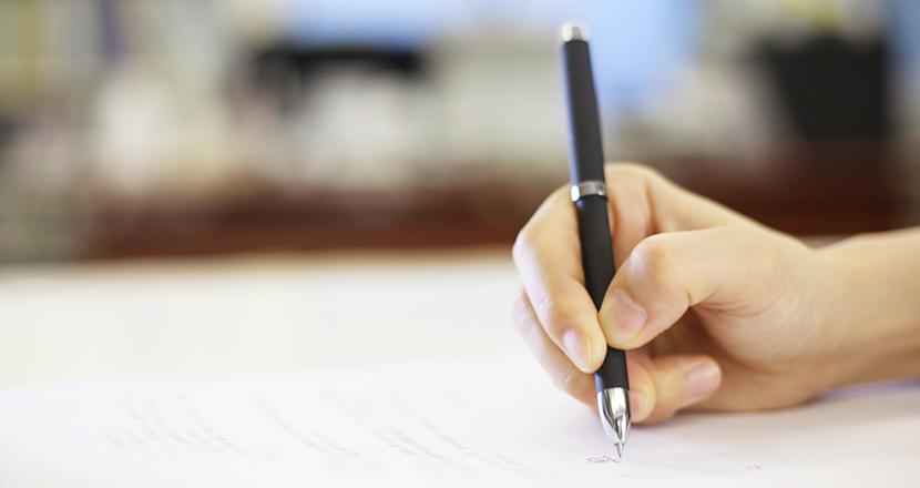 書類に記入する手元